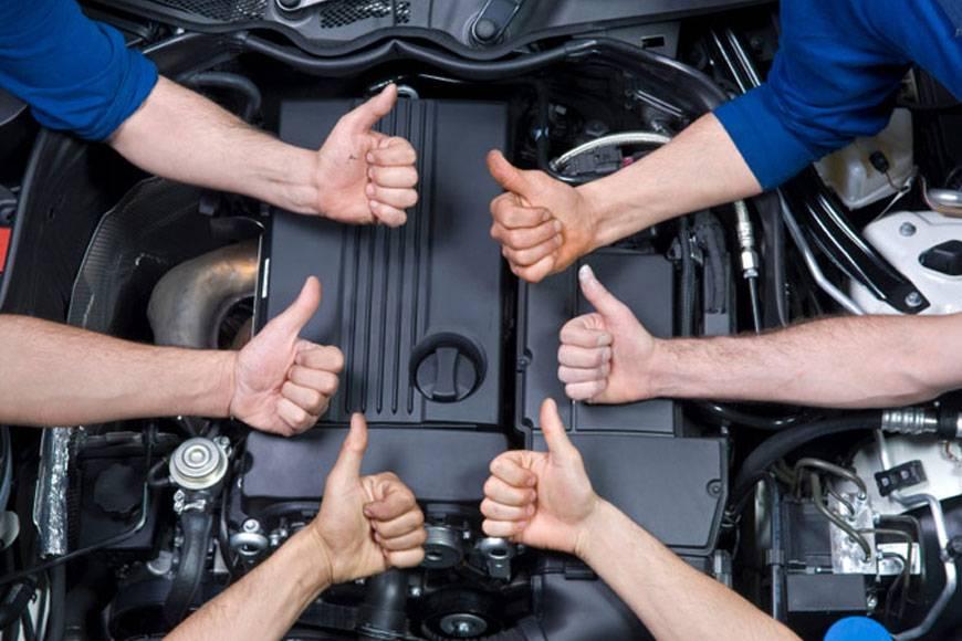 sei pollici alzati sullo sfondo di un motore di un automobile