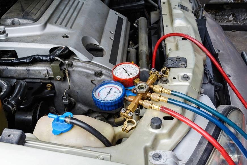 manometri per misurare la pressione dell'impianto di aria condizionata dell'auto