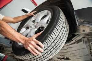 gommista monta un pneumatico nuovo