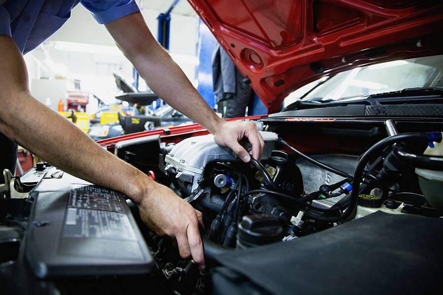 meccanico smonta un motore di un auto