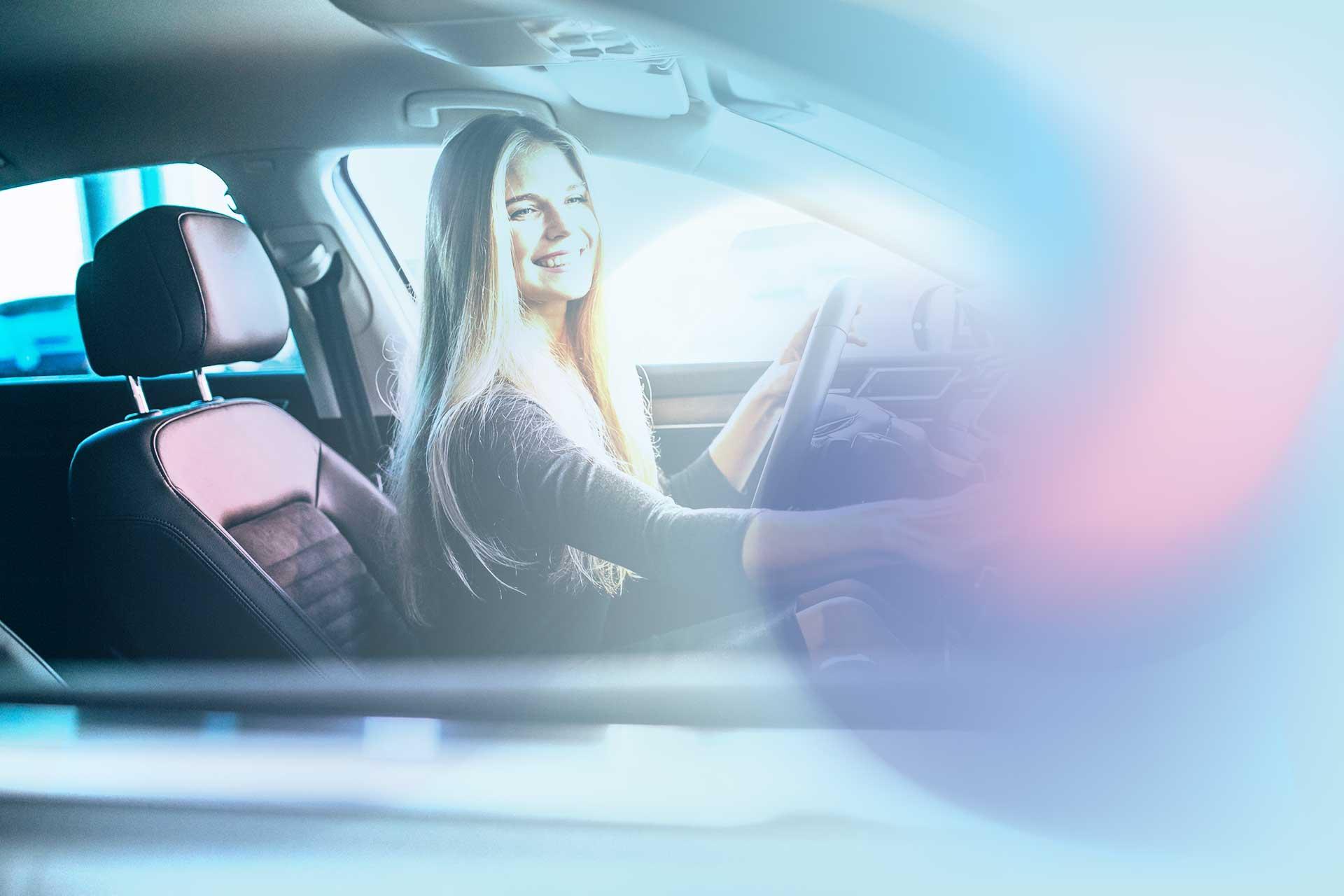 Ragazza con interni auto puliti